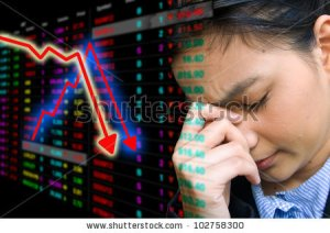 stock-photo-business-woman-serious-a-falling-down-graph-of-stock-market-102758300 crise