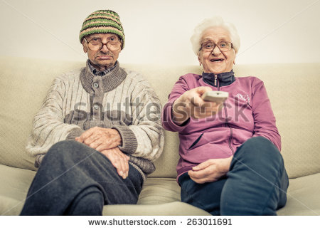 stock-photo-old-couple-watching-television-on-the-couch-in-the-living-room-concept-about-aging-old-people-263011691 retraite